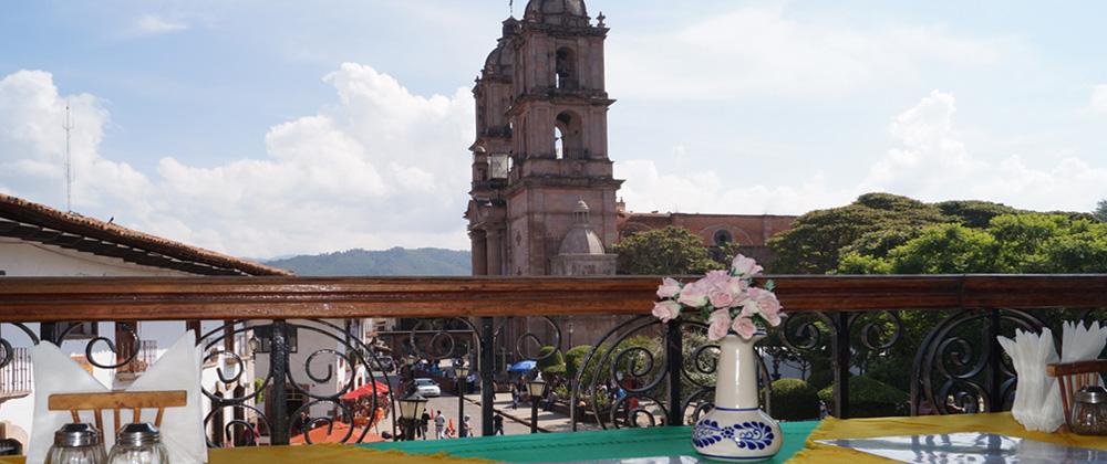 Terraza del restaurante La Cueva del León